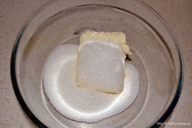 смешиваем маргарин с сахаром