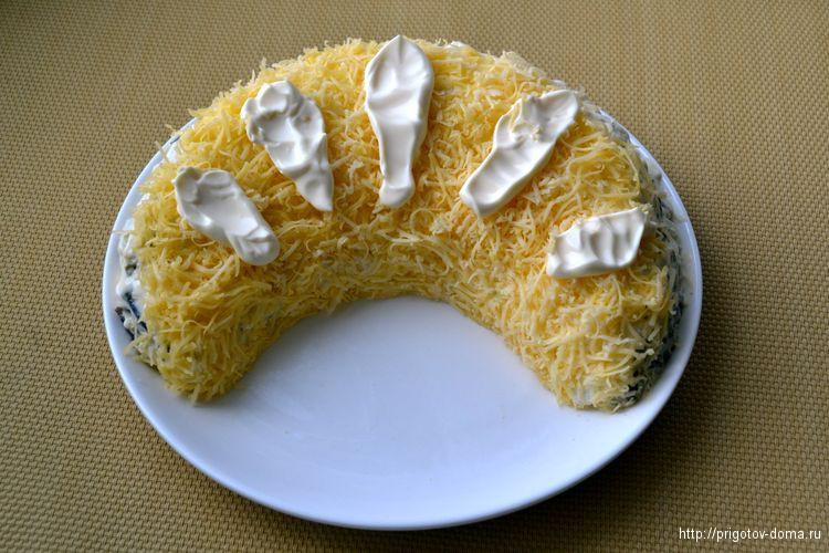 Посыпаем салат тертым сыром и украшаем майонезом