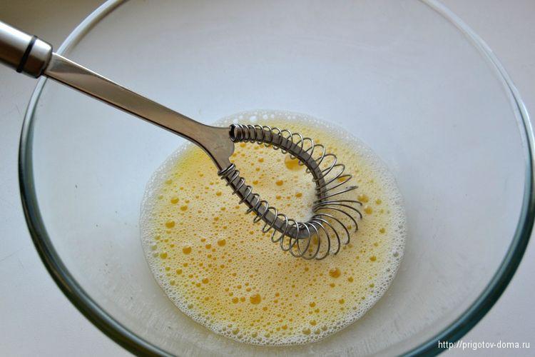 взбиваем яйца в глубокой миске