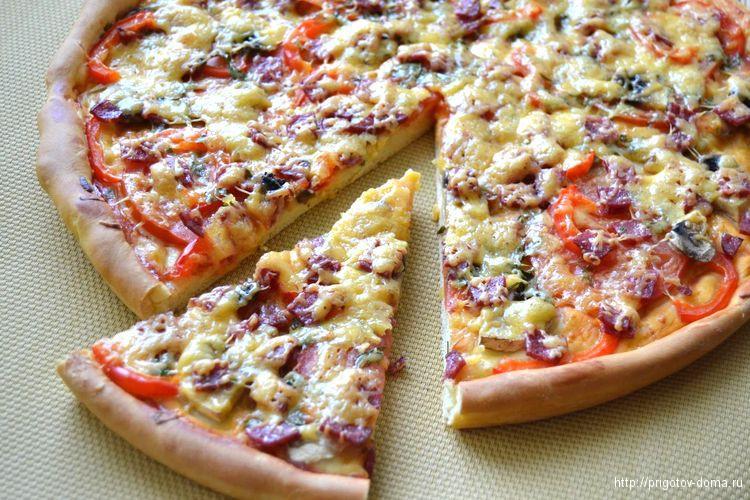 Запекаем пиццу в духовке 20-25 минут при 180 °C