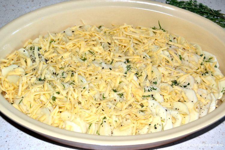 посыпаем картофель тертым сыром