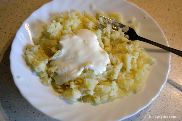 картофель разминаем и добавляем сметану