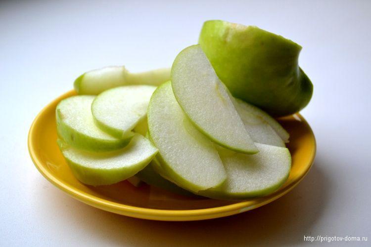 нарезаем на дольки яблоки