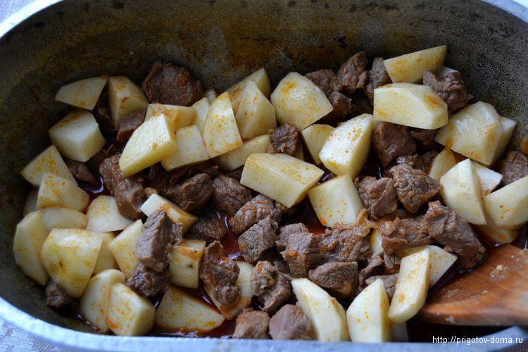 добавляем картофель и перемешиваем