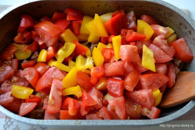 кладем в гуляш овощи