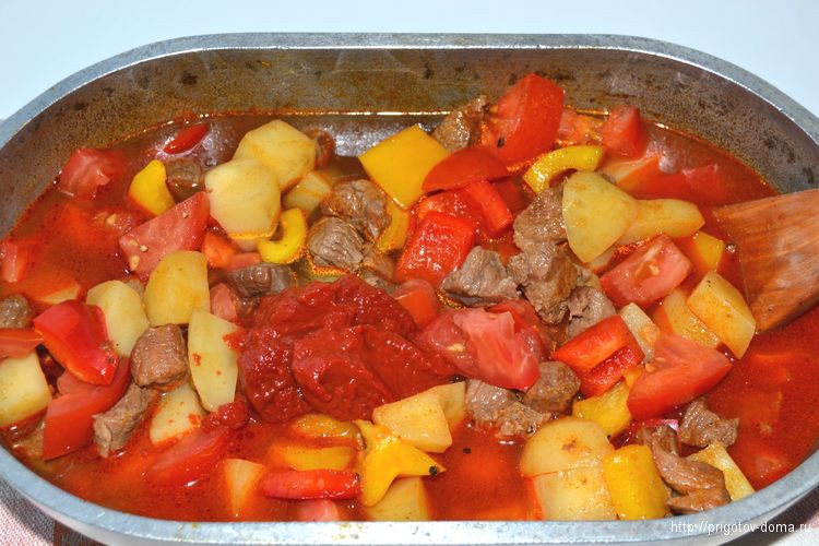 тушим гуляш до готовности картофеля