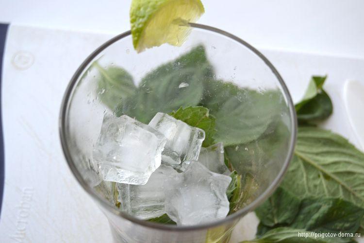 добавляем в бокал с мохито лед