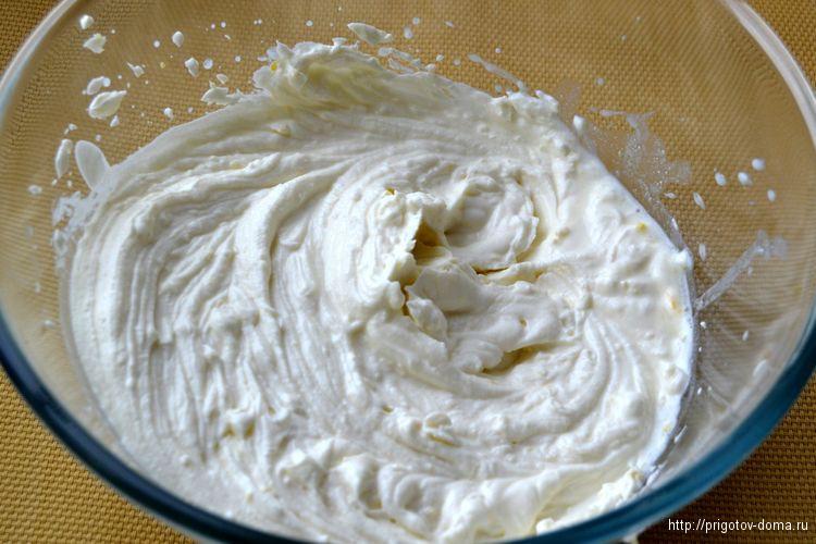 сливочный сыр с цедрой и сахаром взбиваем миксером