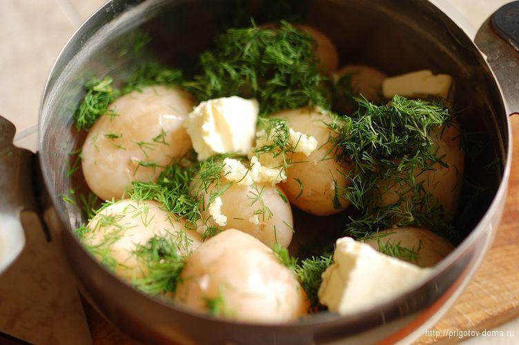 сливаем воду и добавляем в картофель масло