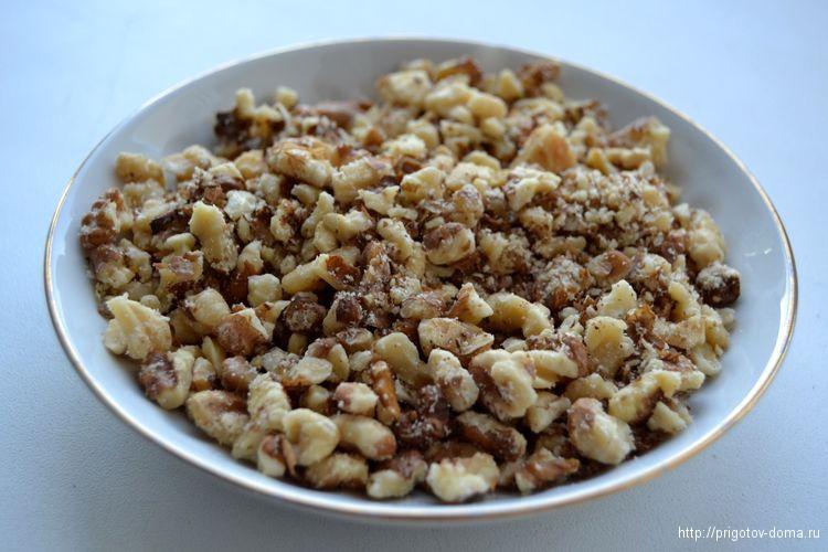 Обжариваем и мелко рубим грецкий орех