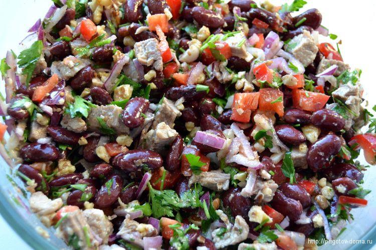 Соединяем все ингредиенты салата и заправляем его