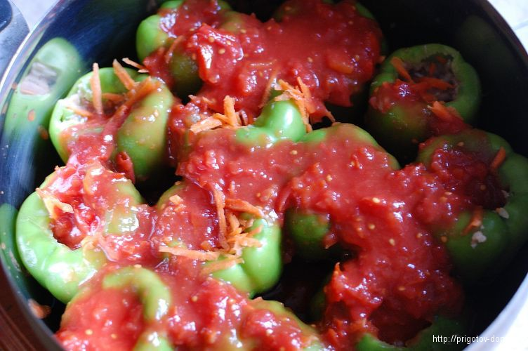 Заливаем томатным пюре перцы