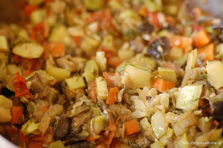 перемешиваем и тушим овощное рагу до готовности