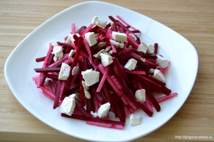 добавляем в салат сыр фета и оливковое масло