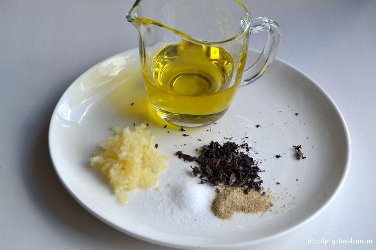 добавим специи и чеснок в растительное масло