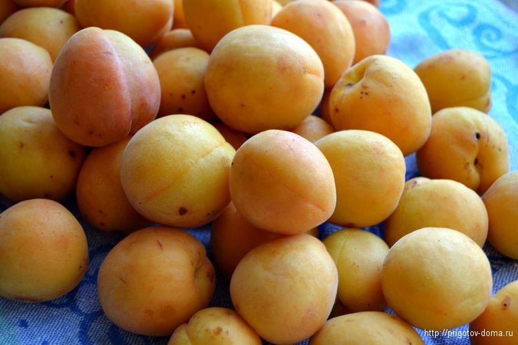 перебираем и промываем абрикосы
