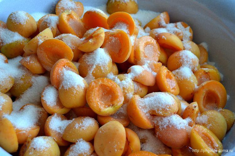засыпаем абрикосы сахаром