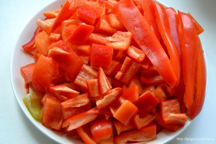 Очищаем и нарезаем болгарский перец