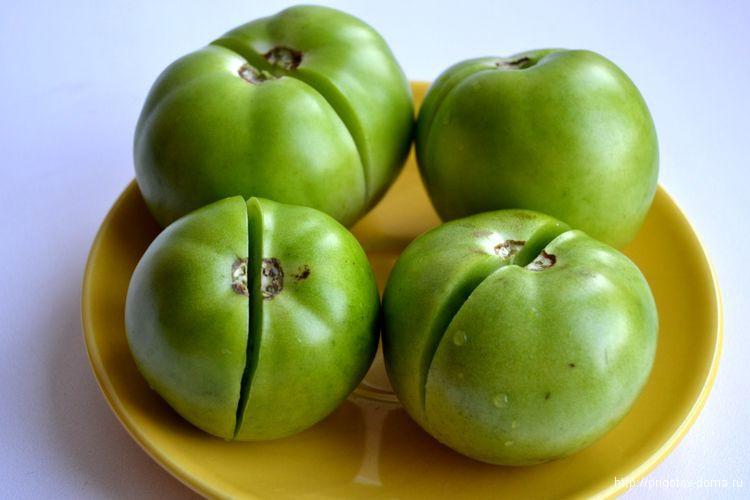 моем помидоры и делаем в них разрез