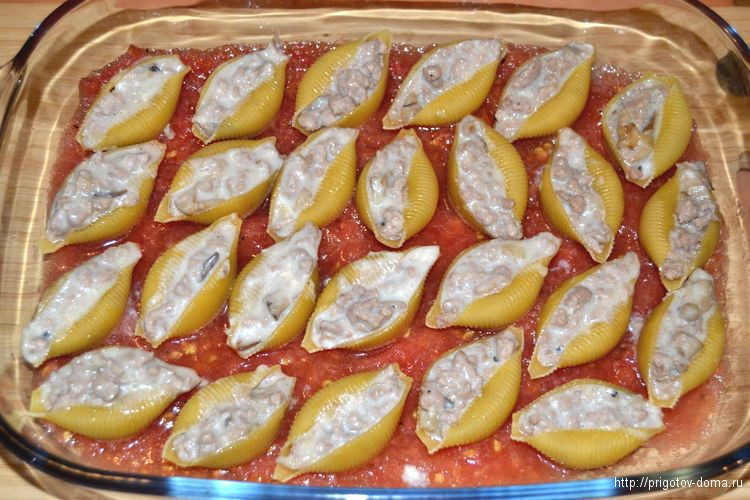 выкладываем фаршироанные макароны в жаропрочную форму