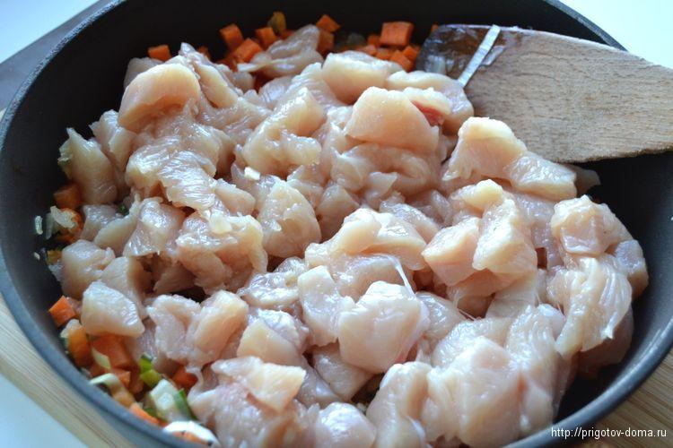 добавляем в овощи куриную грудку