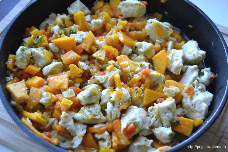начинку для тыквы солим, перчим и добавляем специи