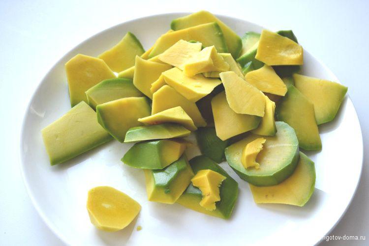 Нарезаем произвольными кубиками авокадо