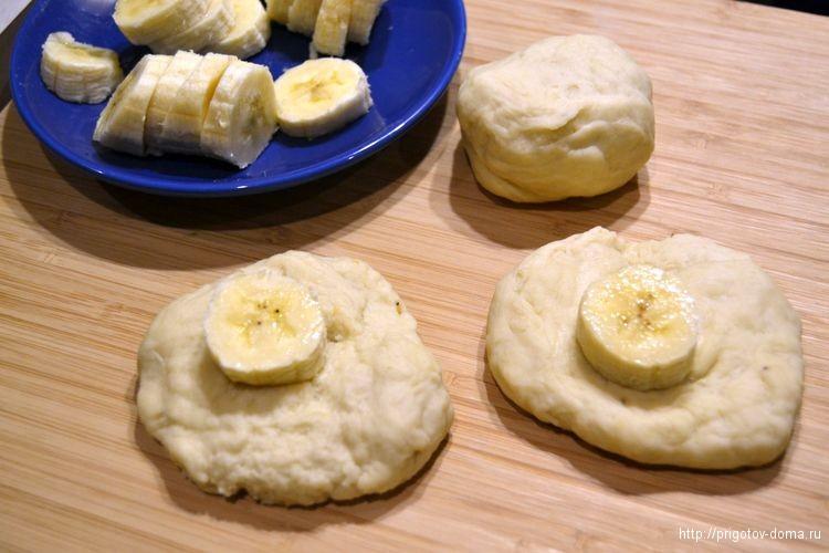 на тесто кладем кусочки банана