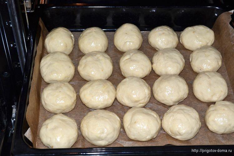 выкладываем булочки и смазываем яйцом