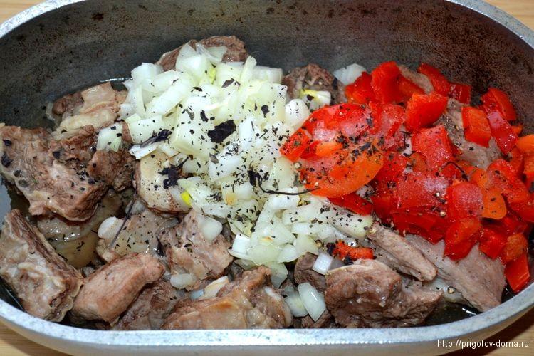 добавляем овощи и специи в говядину