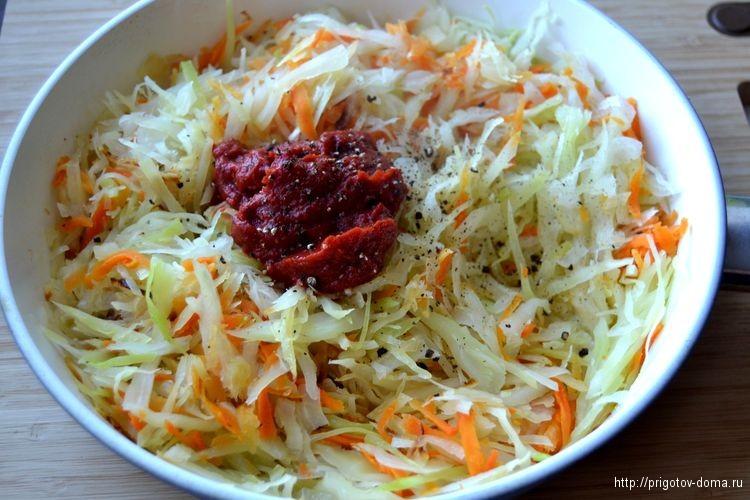 добавим в капусту томатную пасту и соль