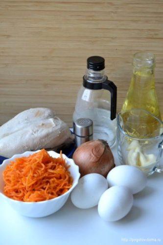 Ингредиенты для куриного салата с морковью по-корейски и омлетной лентой