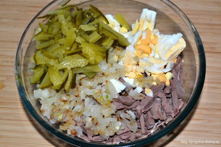 добавим в салат маринованные огурцы