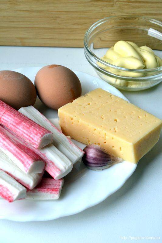 готовим Cалат с крабовыми палочками сыром и яйцом
