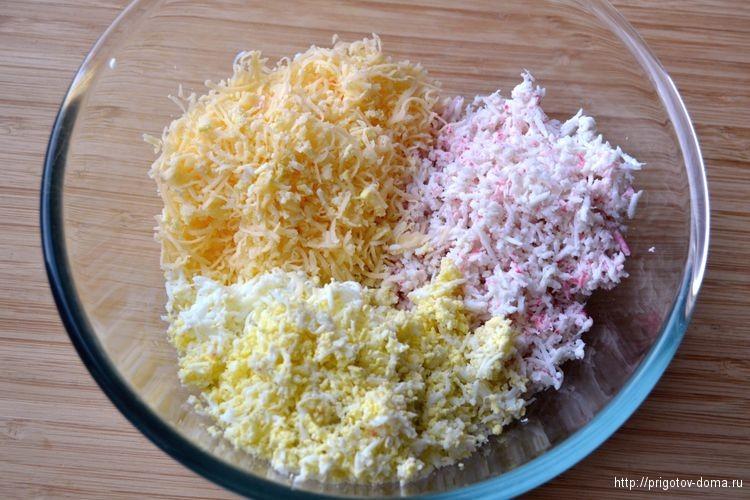 натираем на терке сыр и яйца