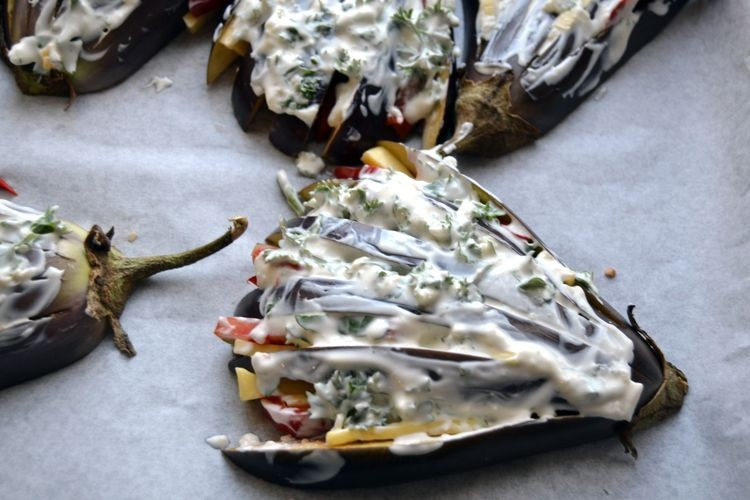 смазываем баклажаны соусом из сметаны