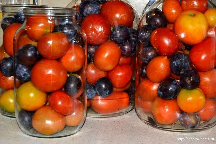 В банки укладываем помидоры и сливы