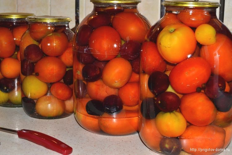 Заливаем водой помидоры со сливами