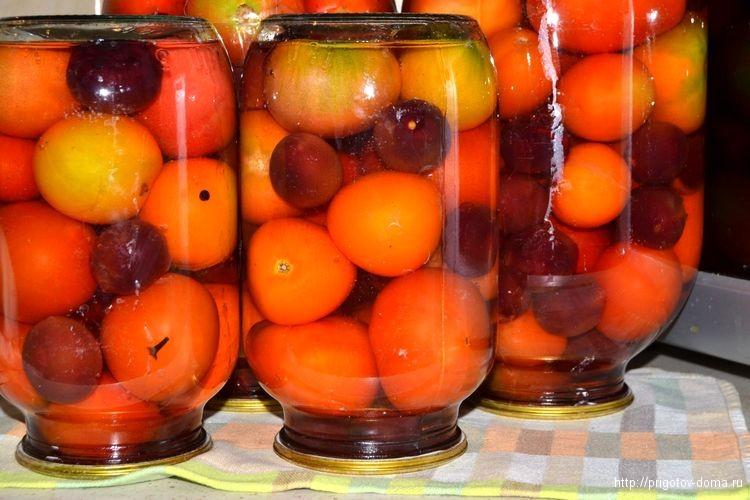 Закатываем крышки на банки с помидорами и переворачиваем