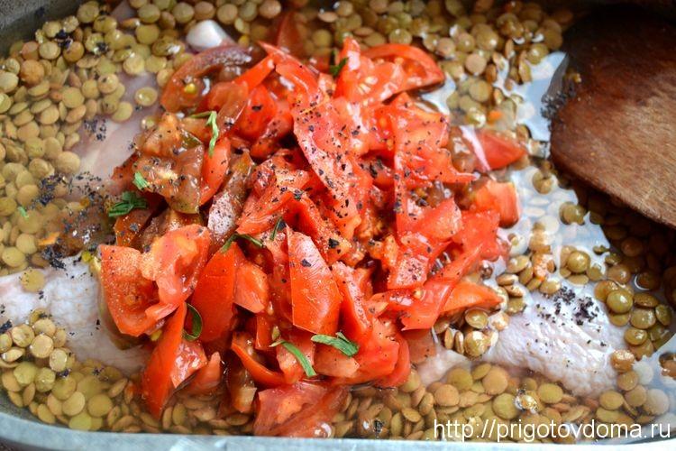 добавим в чечевицу томаты, специи и соль