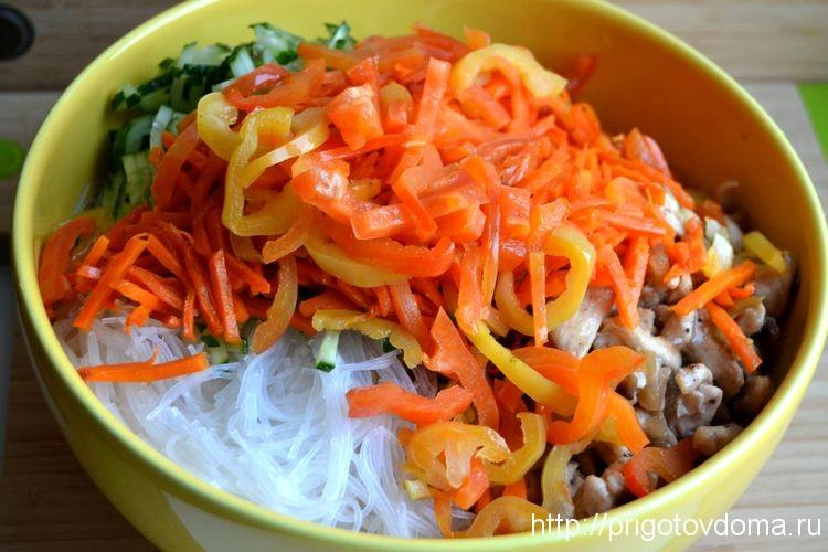 Добавляем овощи в салатник