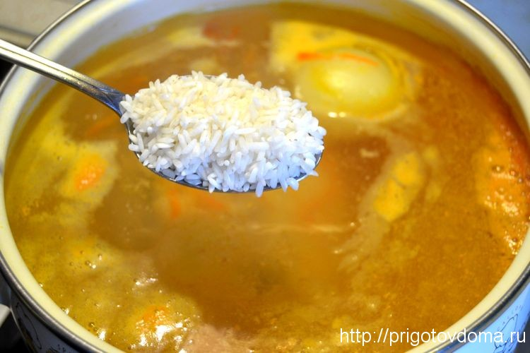 добавим в бульон промытый рис