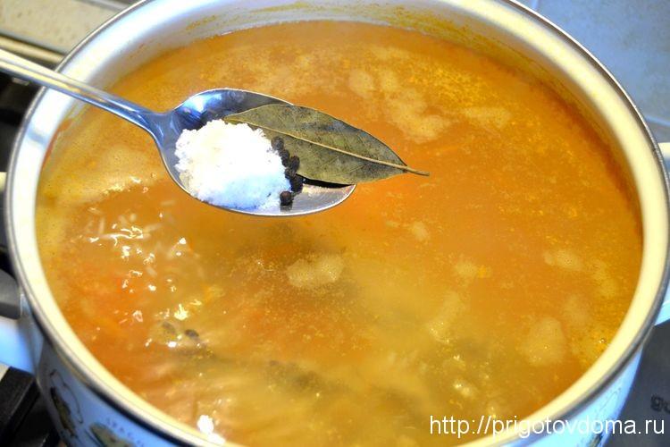 добавим в куриный суп соль и специи