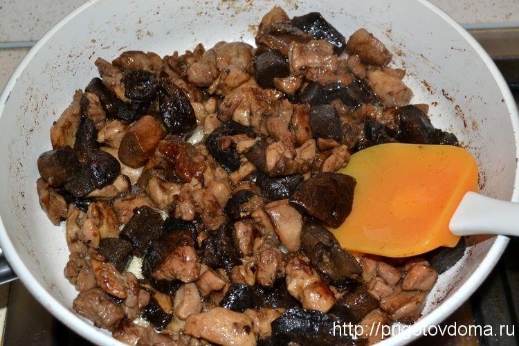 мясо с грибами, солим , перчим и жарим до готовности