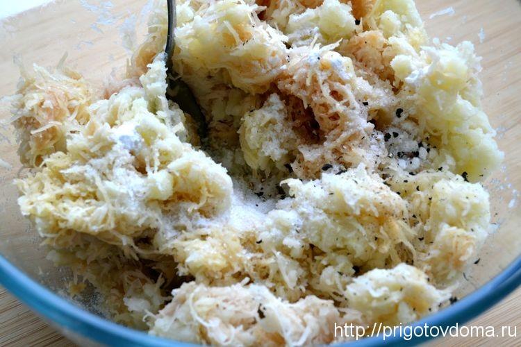 смешиваем картофель, лук. солим и перчим