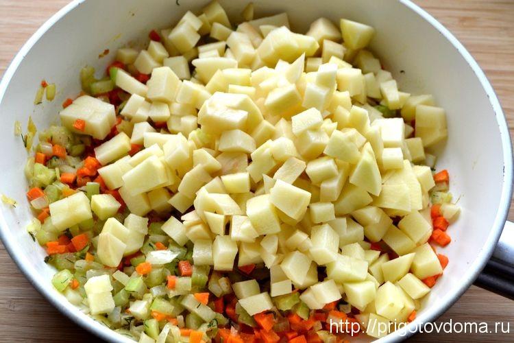 обжариваем картофель с овощами