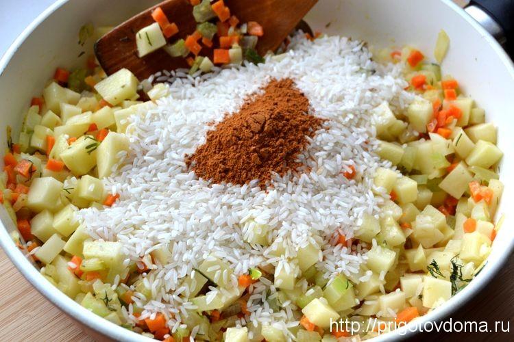 добавляем в сквороду рис и красный перец