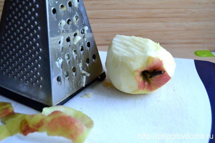 яблоки промываем и натираем с помощью терки