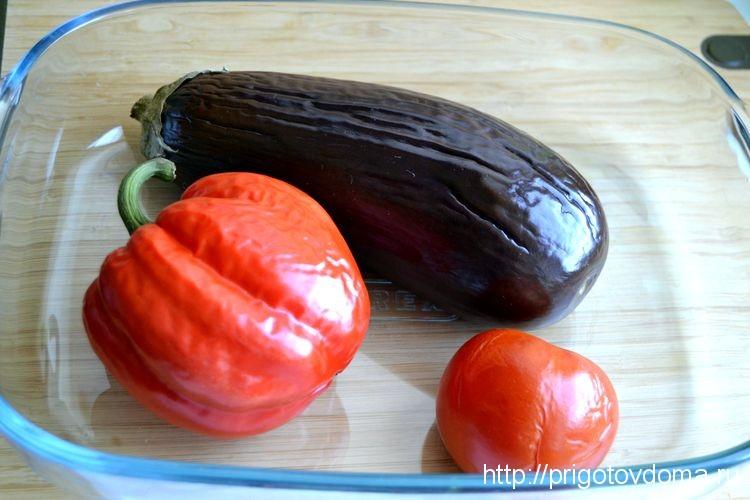 извлекаем запеченные овощи из духовки