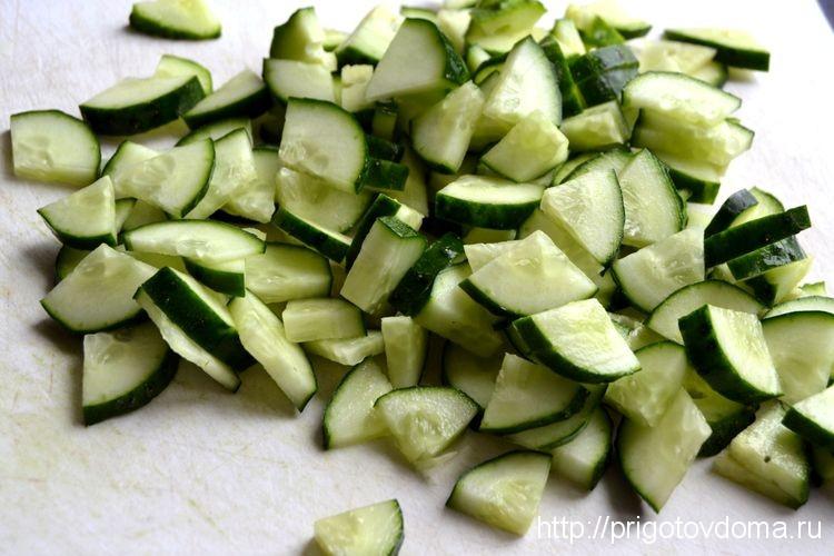 нарежем огурцы для салата